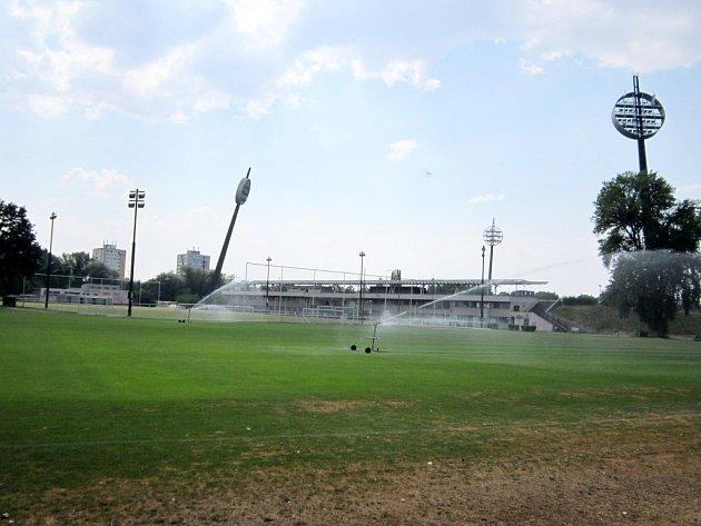 Kropení tréninkového hřiště umalšovického stadionu vHradci Králové.