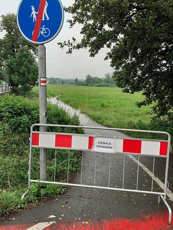 Zatopená cyklostezka u Albrechtic