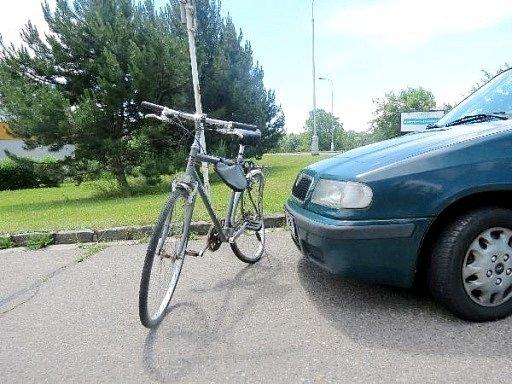 Střet automobilu s cyklistou v hradecké Zborovské ulici.
