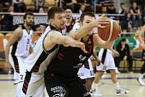 Hradecký basketbalista Ondřej Peterka (v bílém) se snaží získat míč.
