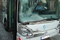 Dopravní nehoda nákladního automobilu s autobusem MHD v hradecké Koutníkově ulici.