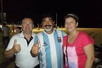 Cenná památka. Málokdo se může chlubit fotkou s Maradonou. Milan Hamáček s manželkou Světlanou měli to štěstí.