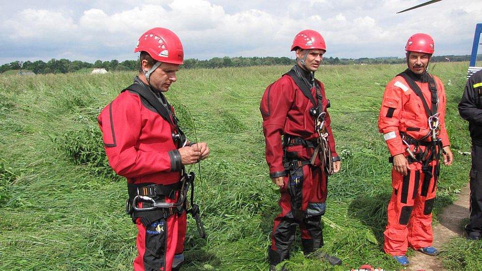 Výcvik leteckých záchranářů nad vodní hladinou, 7. června 2010.