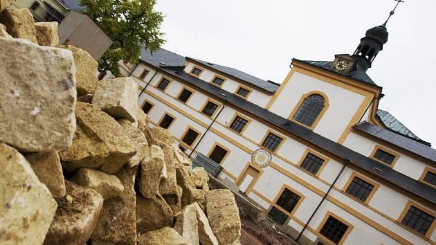 Úbytek lešení na rekonstruovaném hospitalu Kuks.