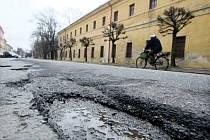 Ve špatném stavu je ulice Komenského a Československé armády u zimního stadionu v Hradci Králové.