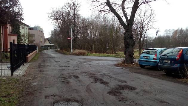 Ulice Zámostí je ostudou Malšovic. Přitom v ulici sídlí stacionář pro seniory i Farmaceutická fakulta.