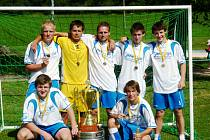 S POHÁREM. Vítěz 3. ročníku Dream Cupu – Mix team z Chlumce nad Cidlinou.