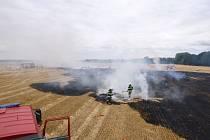 Požár strniště, odkud se oheň rozšířil i na balíky se slámou, ve Vysoké nad Labem.