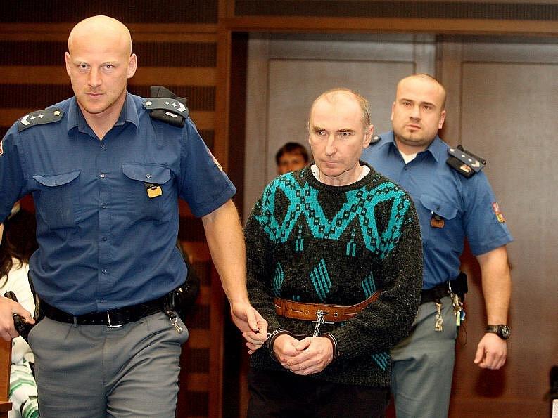 Pavel Salaba u hradeckého soudu za vraždu své družky, kterou ubodal 22 ranami (12. ledna 2011).