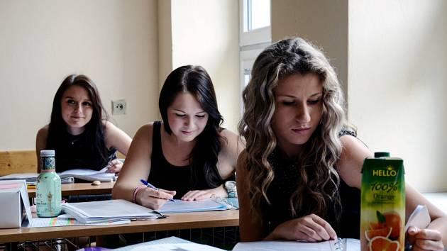 Kosmetičky při maturitní zkoušce na Střední škole služeb, obchodu a gastronomie v Hradci Králové.