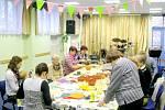 Tvořivá dílna pro seniory v duchu jara a Velikonoc v královéhradeckém Centru Sion.