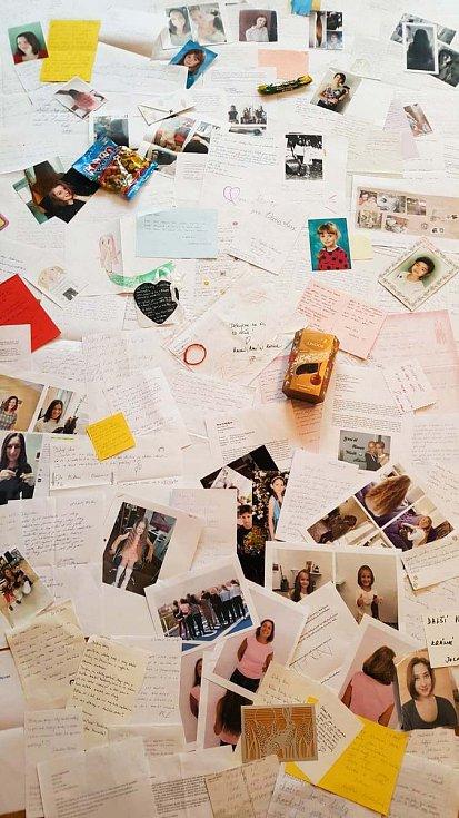 Fotky a kresbičky, které nadace dostává od dětí.