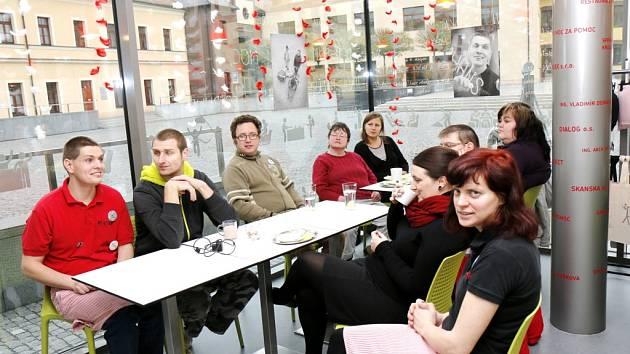 Setkání v Bistru u dvou přátel na Pivovarském náměstí v Hradci Králové podporující samostatné bydlení lidí s mentálním postižením.