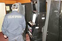 Celníci zadrželi v Královéhradeckém kraji 14 výherních hracích přístrojů.