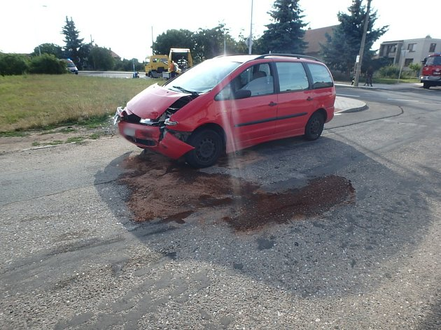 VKosičkách skončilo osobní auto na střeše.