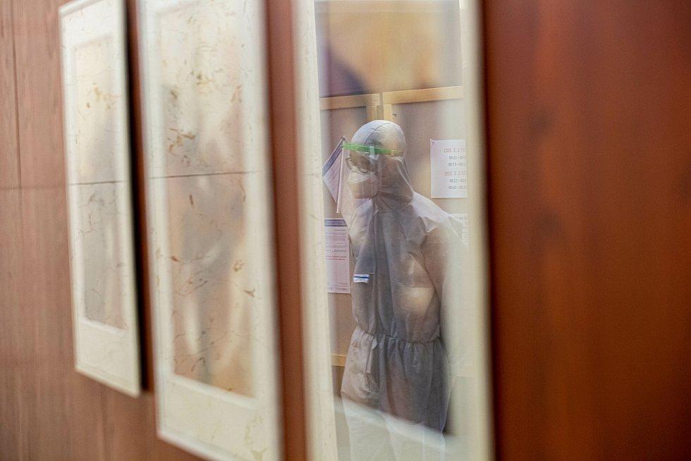 Antigení testování zajišťoval dnes ve Dvoře Králové tým Hasičského záchranného sboru Královéhradeckého kraje. Ten od tohoto týdne posílí mobilní tým který je již několik měsíců v provozu.