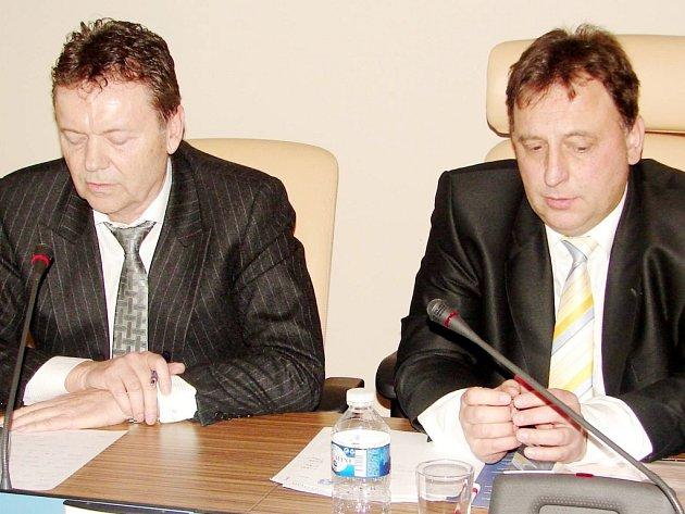 Předseda Výkonného výboru Krajského fotbalového svazu Královéhradeckého kraje Václav Andrejs (vpravo) po boku místopředsedy Fotbalové asociace České republiky Romana Berbra.