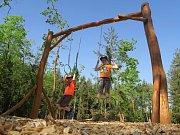 Posilovna pod korunami stromů v hradeckých lesích je v provozu.