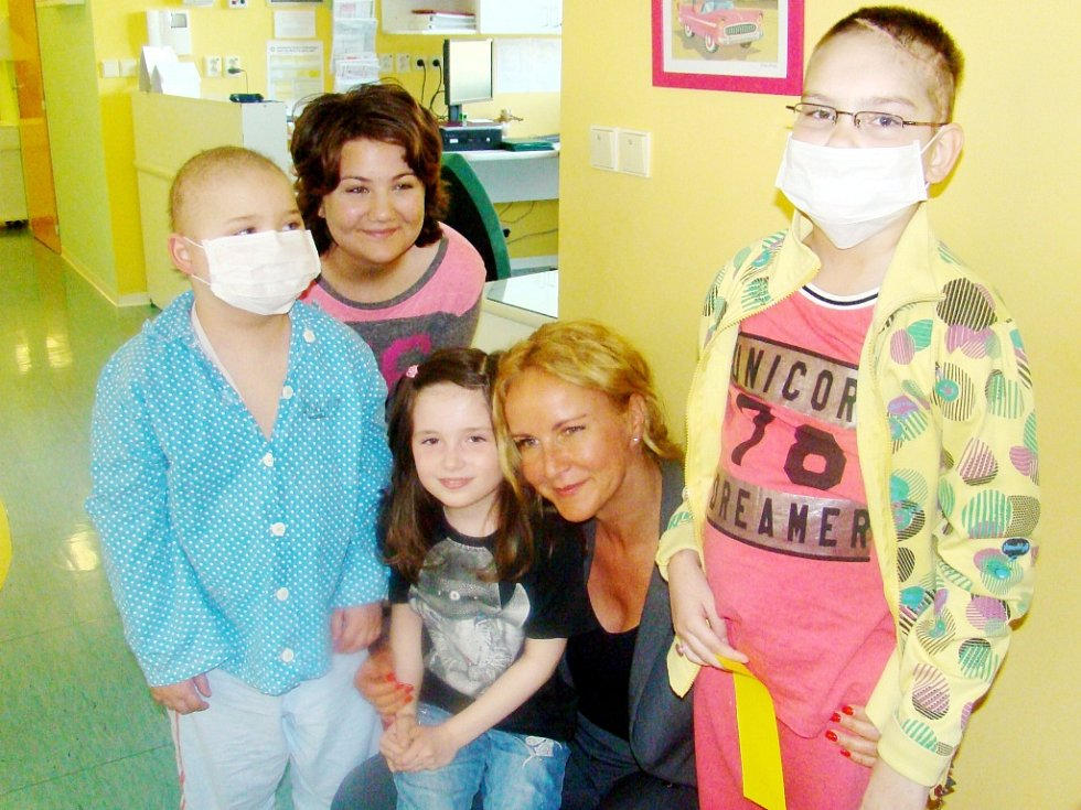 Mezi dárci byla například Kapka naděje, zastoupená osobně přítomnou Vendulou Svobodovou - Pizingerovou (na snímku s dětmi).