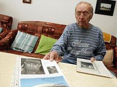 Sběratel Jaroslav Míchal má autogramy soustředěné na listech, kde má i informace o osobnosti a fotografie.