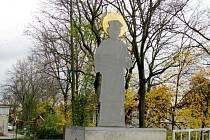 Socha svatého na lávce pro pěší u hradeckého zimního stadionu.