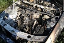 Hořící auto vjelo do polí