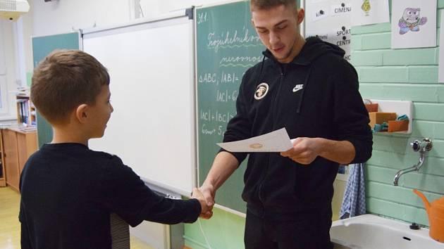 Hradečtí basketbalisté předávali vysvědčení ve škole.