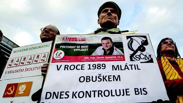 Protest proti komunistům ve funkcích rady Královéhradeckého kraje na nádvoří sídla krajského úřadu v Hradci Králové.