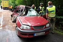 Osudný střet osobního a nákladního vozu poblíž obce Myštěves.