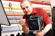 MILOŠ VOJÍŘ ve svém královéhradeckém ateliéru: místě vysoko nad městem, plném fotoaparátů, objektivů a světel. Nejdůležitějším majetkem Miloše Vojíře je ovšem výjimečný talent.