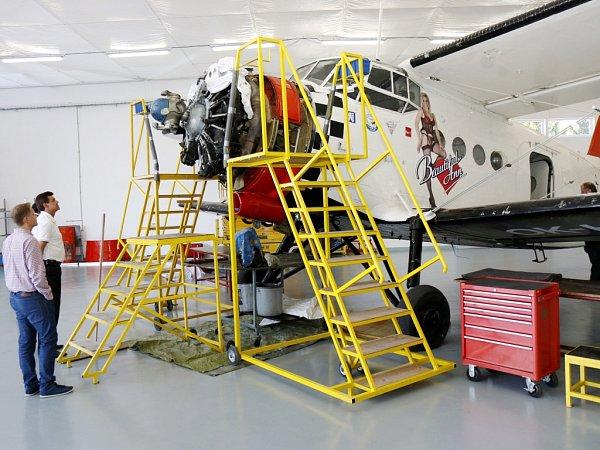 Antonov AN-2přezdívaný Andula bez vrtule při opravě.