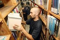 Svazek po svazku. Stěhování knih ze staré budovy do nové