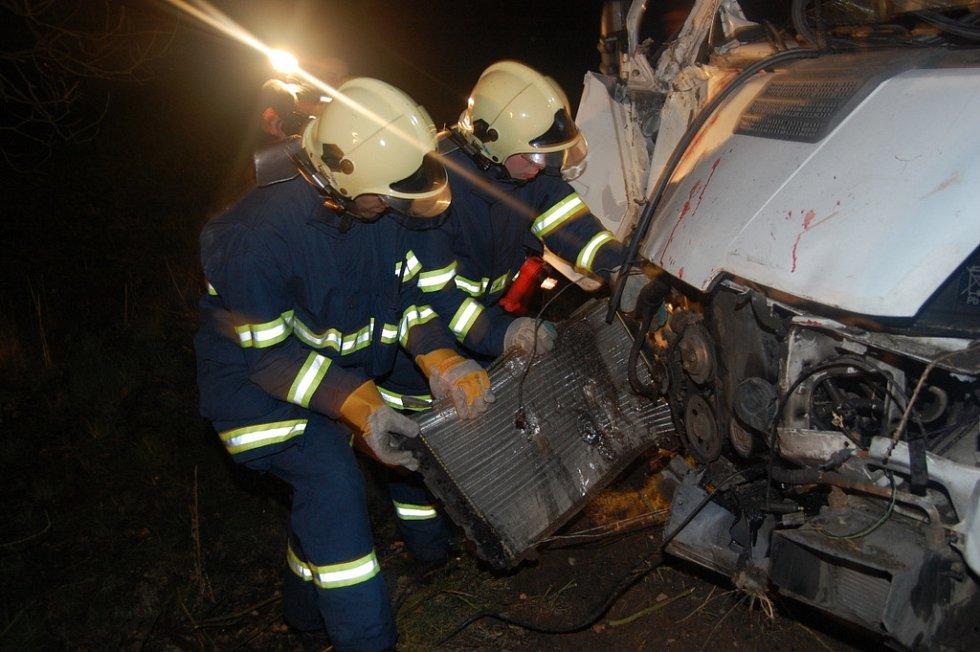 Zatáčku nezvládl řidič dodávky na silnici mezi Krňovicemi a Třebechovicemi pod Orebem. Auto zastavil až náraz do stromu. Spolujezdec vyvázl bez zranění. Řidič, který zřejmě utrpěl zranění, z místa nehody utekl.