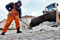 Obleva tvoří na mnoha místech kaluže, pracovníci technických služeb odklízejí zbytky sněhu.