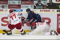 Hradečtí hokejisté (ve světlém) narazili v Liberci.