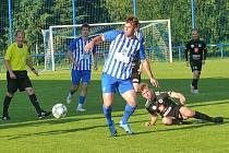 Prestižní třetiligové derby mezi Chlumcem nad Cidlinou (vpředu Tomáš Bastin) a rezervou FC Hradec Králové se na podzim už nestihlo odehrát. Dočkají se oba po Novém roce?