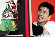 Zpestření výuky zažili 18. června žáci ze Základní školy SNP v Hradci Králové. Loutkoherec Wu–shan z Tchaiwanu přijel dětem zahrát příběh o vědci Wen–de Wangovi a jeho dobrodružstvích.