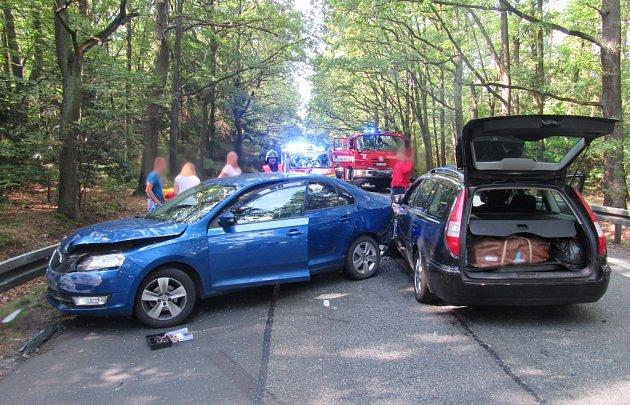 Dopravní nehoda tří osobních vozidel na silnici I/35 mezi Hradcem Králové a Býští.