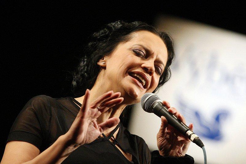 Klicperovo divadlo v Hradci Králové bylo svědkem vyhlášení výsledků 12. ročníku ankety Šarmantní osobnost roku. Absolutním vítězem se stal zpěvák Karel Gott. Lucie Bílá.