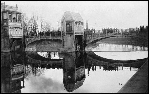 Most přes jez vroce 1925.Stavbu elektrárny na Labi zadalo zastupitelstvo města roku 1908.Projekt stavby vodního díla vypracoval ředitel Elektrických podniků pražských Karel Novák.