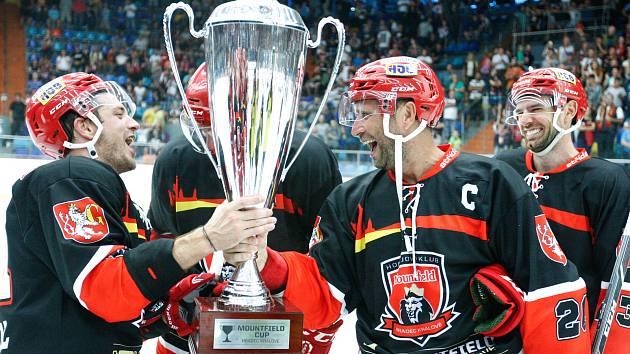 Hokejové utkání mountfield cupu mezi Mountfield HK (v černočerveném) a HC Dynamo Pardubice (v bíločerveném) na zimním stadionu v Hradci Králové.