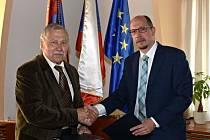 Podepsáno! Hejtman Jiří Štěpán (vpravo) a Jiří Pekař, předseda Všesportovního kolegia, stvrdili dohodu o podpoře sportu.