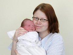 Matěj Šrůt se narodil 6. března v 1.13 hodin. Měřil 51 centimetrů a vážil 3670 gramů. Doma ve Vinarech u Vysokého Mýta bude žít se sestrou Adélkou a rodiči Pavlínou a Martinem Šrůtovými.