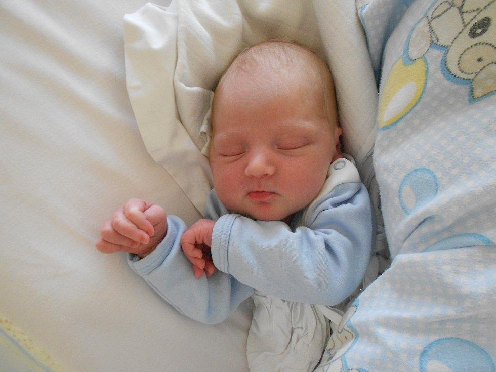 Adam Procházka poprvé vykoukl na svět 20. 4. 2021 v13:00 hodin. Hrdí rodiče Hana a Roman Procházkovi pochází zRychnova nad Kněžnou. Tatínek byl u porodu a zvládl to skvěle.