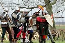 Tradiční jarní bitva na koupališti v Mokrovousech.