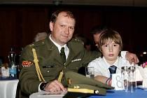 Patřičně hrdý může být na svého otce Jana Sychru syn Filip. Brokový střelec Dukly Hradec Králové totiž opanoval anketu o Nejúspěšnějšího sportovce Královéhradeckého kraje za rok 2010. Zaslouženě.