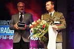 Vítěz ankety o nejúspěšnějšího sportovce roku v Královéhradeckém kraji přebírá cenu od ředitele východočeských Deníků Karla Tejkla.