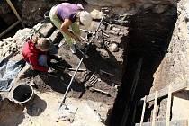 Při průzkumných sondách archeologů, které předcházejí rekonstrukci Velkého náměstí v Hradci, se našly lidské kostry.