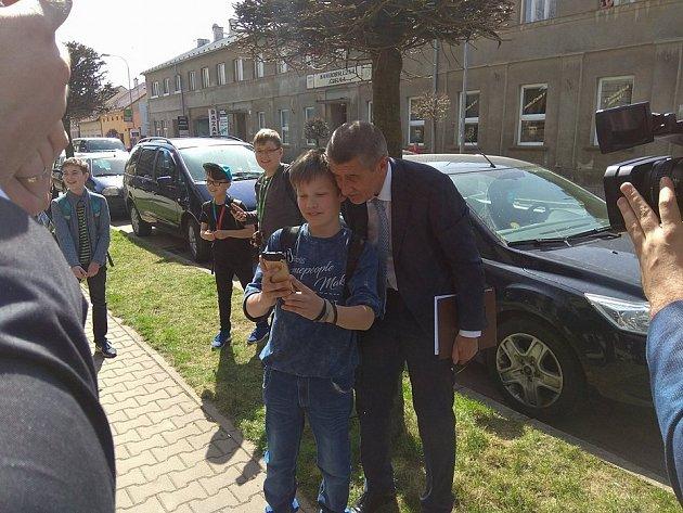 Andrej Babiš pózoval studentům před hořickou průmyslovku pro selfie.