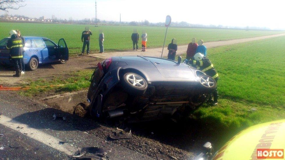 Nehoda čtyř osobních vozidel na silnici I/33 u Hradce Králové.